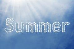 Nube de la fuente del verano en un cielo azul Imágenes de archivo libres de regalías