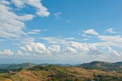 Nube de la montaña del paisaje y cielo azul Imagenes de archivo