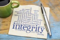 Nube de la palabra de la integridad en servilleta con café fotos de archivo