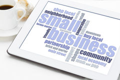 Nube de la palabra de la pequeña empresa en la tableta foto de archivo