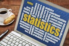 Nube de la palabra de las estadísticas en el ordenador portátil Foto de archivo libre de regalías
