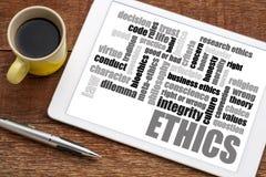 Nube de la palabra de los éticas en la tableta con café Imagen de archivo libre de regalías