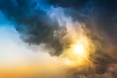 Nube de lluvia en puesta del sol fotos de archivo