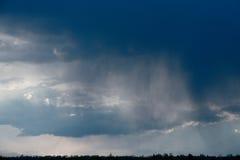 Nube de lluvia, primer, temporal de lluvia contra la perspectiva del cielo del verano Textura La lluvia viene de la nube Imagen de archivo libre de regalías