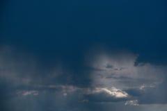 Nube de lluvia, primer, temporal de lluvia contra la perspectiva del cielo del verano Textura La lluvia viene de la nube Fotografía de archivo libre de regalías