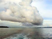 Nube de lluvia sobre bahía del océano Imágenes de archivo libres de regalías