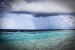 Nube de lluvia sobre el Océano Índico en los Maldivas imagen de archivo libre de regalías