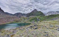 Nube de Mammatus sobre la tundra de la montaña en Siberia del este imagen de archivo