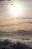 Nube de oro en cielo brillante de la salida del sol de la mañana Imagen de archivo libre de regalías