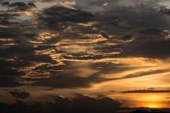 Nube de oro en el cielo durante puesta del sol Imagenes de archivo