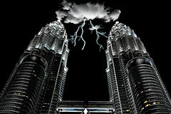Nube de tormenta en la torre gemela Kuala Lumpur de KLCC Imagenes de archivo