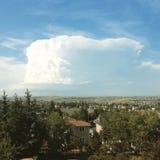 Nube de tormenta grande del verano sobre ciudad Foto de archivo libre de regalías