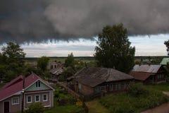Nube de tormenta sobre el pueblo ruso Fotos de archivo libres de regalías