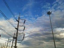 nube del cielo azul de los posts de la electricidad Fotografía de archivo