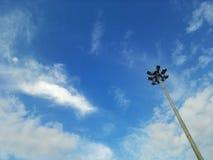 nube del cielo azul de los posts de la electricidad Foto de archivo