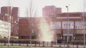Nube del polvo y de la arena como un pequeño tornado que rabia en el medio de la calle de la ciudad almacen de video