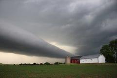 Nube del rollo sobre granja Fotos de archivo