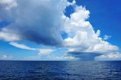 Nube distante enorme con lluvia Fotos de archivo
