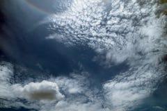 Nube e cielo bianchi del bule fotografia stock