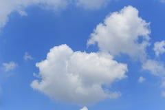 Nube e cielo blu bianchi Fotografie Stock
