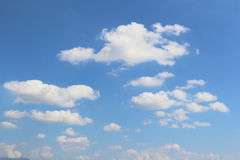 Nube en cielo azul Fotos de archivo