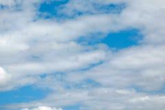 Nube en el cielo azul foto de archivo