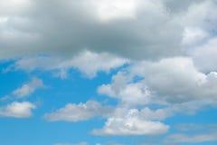 Nube en el cielo azul imagenes de archivo
