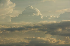 Nube en el cielo en un día Fotos de archivo