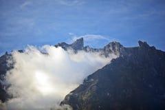 Nube en el pico del Monte Kinabalu fotografía de archivo libre de regalías