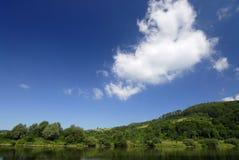 Nube en el río fotografía de archivo