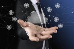 Nube en la mano del hombre de negocios El concepto de servicio de la nube Imagen de archivo