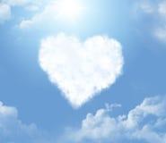 Nube en una forma de un corazón imagenes de archivo