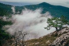 Nube entre las montañas Fotos de archivo