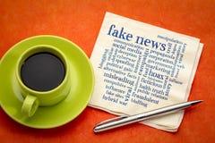 Nube falsa de la palabra de las noticias en servilleta foto de archivo