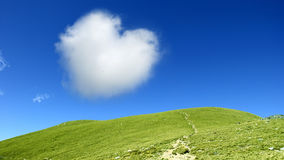 Nube a forma di del cuore su cielo blu Fotografie Stock Libere da Diritti