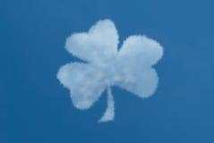 Nube formada trébol en un cielo azul Imagen de archivo libre de regalías