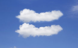 Nube gemela en el cielo claro Foto de archivo libre de regalías