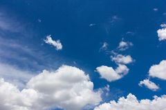 Nube gruesa sobre el cielo azul Imágenes de archivo libres de regalías