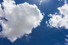 Nube gruesa sobre el cielo azul Imagen de archivo libre de regalías