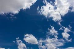 Nube gruesa sobre el cielo azul Fotografía de archivo libre de regalías