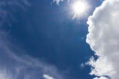 Nube gruesa sobre el cielo azul Fotos de archivo libres de regalías