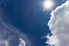Nube gruesa sobre el cielo azul Foto de archivo