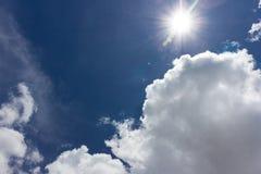 Nube gruesa sobre el cielo azul Fotos de archivo