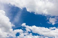 Nube gruesa sobre el cielo azul en un día soleado Imagen de archivo libre de regalías