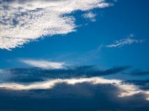 Nube hermosa en fondo del cielo azul Imagen de archivo libre de regalías