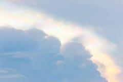 Nube iridiscente en cielo azul Fotografía de archivo libre de regalías