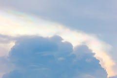 Nube iridiscente en cielo azul Fotos de archivo