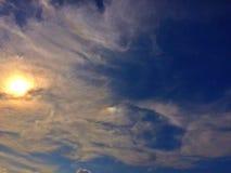Nube iridiscente y luz del sol Fotografía de archivo