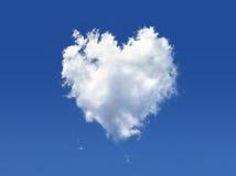 Nube lanuginosa della figura di cuore. Immagine Stock