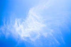 Nube ligera con el cielo azul Foto de archivo